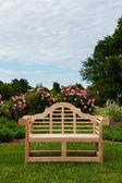 Banco de madera de teca o silla de jardín — Foto de Stock
