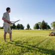 Senior man cutting grass with shears — Stock fotografie
