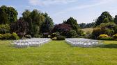рядами деревянных стульев для свадьбы — Стоковое фото