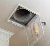 Espanando a ventilação para filtro de ar condicionado no teto — Foto Stock