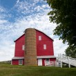 Traditional US red painted barn on farm — 图库照片