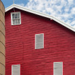 Traditional US red painted barn on farm — Stock Photo