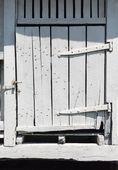 Antigua puerta de granero de madera blanca — Foto de Stock