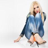 Portret van een mooie jonge vrouw inth blue jeans. — Stockfoto
