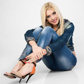 Portrait of a beautiful young woman inth blue jeans. — Stock Photo