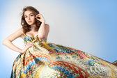 Portret van de jonge mooi meisje in kleurrijke jurk. — Stockfoto
