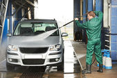 Worker cleaning car with pressured water — Foto de Stock