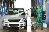 Ouvrier nettoyage voiture avec de l'eau sous pression — Photo