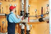 Ingenieur reparateur in ketelruim verwarming — Stockfoto