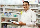 Mujer de químico de farmacia en farmacia — Foto de Stock