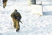 Jogador de paintball com marcador exteriores de inverno — Fotografia Stock