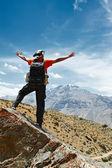 Turist vandrare med karta i bergen — Stockfoto