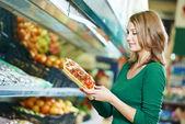 Mujer compras frutas — Foto de Stock