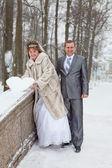 若い橋上雪の心を保持している白人のロシアのカップルの結婚式します。ロシアの冬の季節 — ストック写真