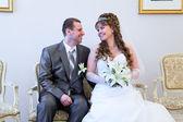 美丽新新婚男人和女人坐和看对方 — 图库照片