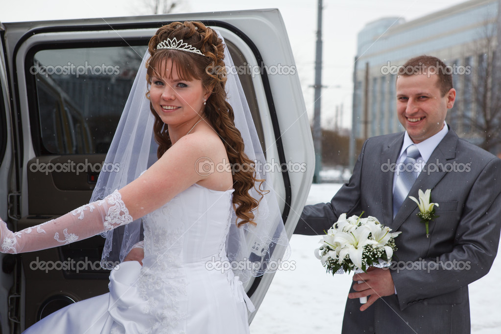 Happy newly wed couple getting in the car  — Stock Photo #10950145