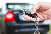 мужская рука давит на автомобиль дистанционного управления сигнализации и аварийные системы — Стоковое фото