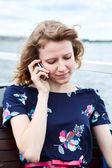 Uma mulher caucasiana falando no telefone celular — Fotografia Stock