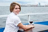Kijken van terug vrouw met rode wijn glas aan de tafel café — Stockfoto
