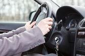 Femminile le mani sul volante — Foto Stock