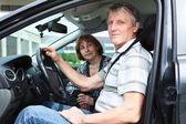 Senior caucásico marido y mujer sentada en un vehículo land y sonriendo — Foto de Stock