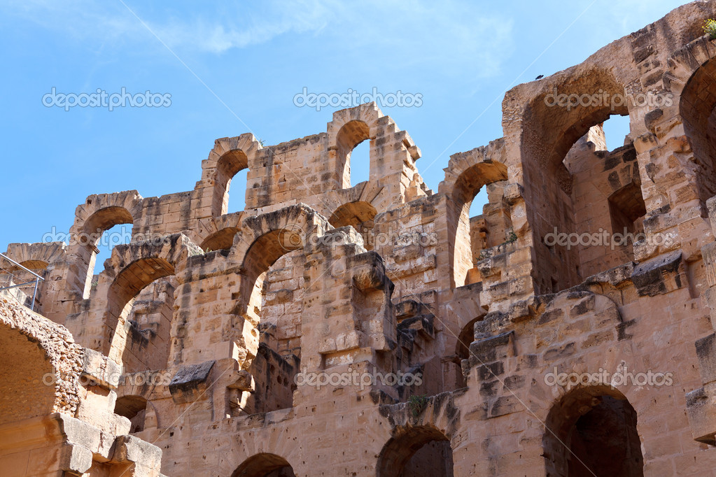 Demolished ancient walls and arches of ruins in Tunisian Amphitheatre in El Djem, Tunisia — Stock Photo #12200031