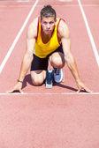 Mężczyzna lekkoatletycznych zawodnik przed rozpoczęciem wyścigu — Zdjęcie stockowe