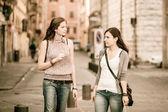 Kilka kobiet z torby na zakupy — Zdjęcie stockowe