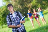 友人と公園で若い男の子の学生 — ストック写真