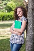 公園で若い美しい女性学生 — ストック写真