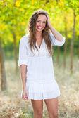 Mooie jonge vrouw buiten — Stockfoto