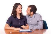 Heureux jeune couple avec un document important à signer — Photo