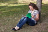 Joven estudiante mujer hermosa en el parque — Foto de Stock