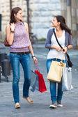 Duas mulheres com sacos de compras — Fotografia Stock