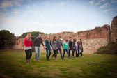 一緒に歩いての多文化のグループ — ストック写真