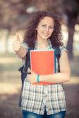Ung vacker kvinnlig student med tumme upp — Stockfoto