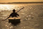 Wioślarstwo na zachód słońca — Zdjęcie stockowe