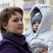 Mother with child in residential area — Stockfoto