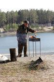 Man brandhout ingebruikneming barbecue — Stockfoto