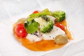 用蔬菜的羊皮纸鱼 — 图库照片