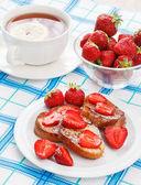 французские тосты с сахарной пудрой и клубника — Стоковое фото