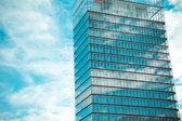 Nowoczesny biurowiec i niebo — Zdjęcie stockowe