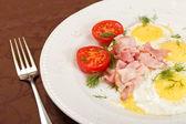 Sázená vejce s anglickou slaninou a zeleninou — Stock fotografie