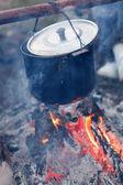 Zubereitung von speisen am lagerfeuer — Stockfoto