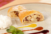 Apple strudel with vanilla ice cream — Stock Photo