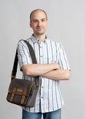 çanta ile mutlu gülümseyen bir adam portresi — Stok fotoğraf
