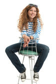 Fulla längd av flicka sitter på stol — Stockfoto