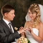 Szczęśliwa panna młoda i pan młody w dniu ślubu — Zdjęcie stockowe