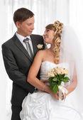 幸福的新娘和新郎微笑 — 图库照片