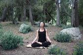 Baddha konasanayoga en el bosque — Foto de Stock